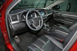 2017 Toyota Highlander interior 03 300x199 تویوتا هایلندر ۲۰۱۷   اجاره ماشین