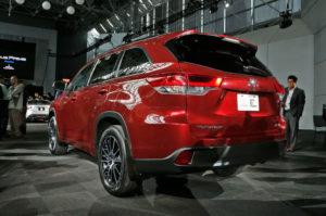 2017 Toyota Highlander rear three quarter 1 300x199 تویوتا هایلندر ۲۰۱۷   اجاره ماشین