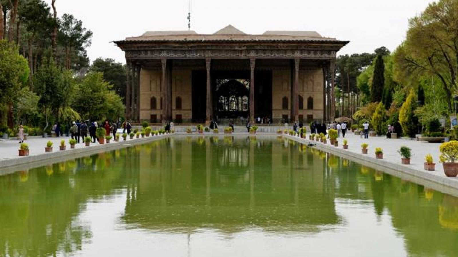 کاخ چهلستون اصفهان-اجاره ماشین-اجاره خودرو