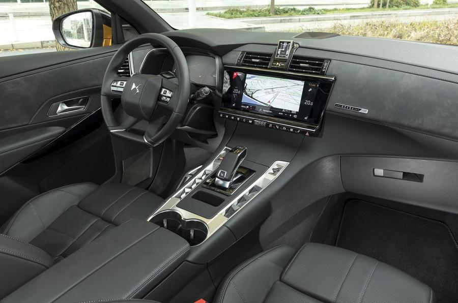 ds7 crossback interior DS7 کرراس بک مدل ۲۰۱۸ نقد و بررسی   اجاره ماشین