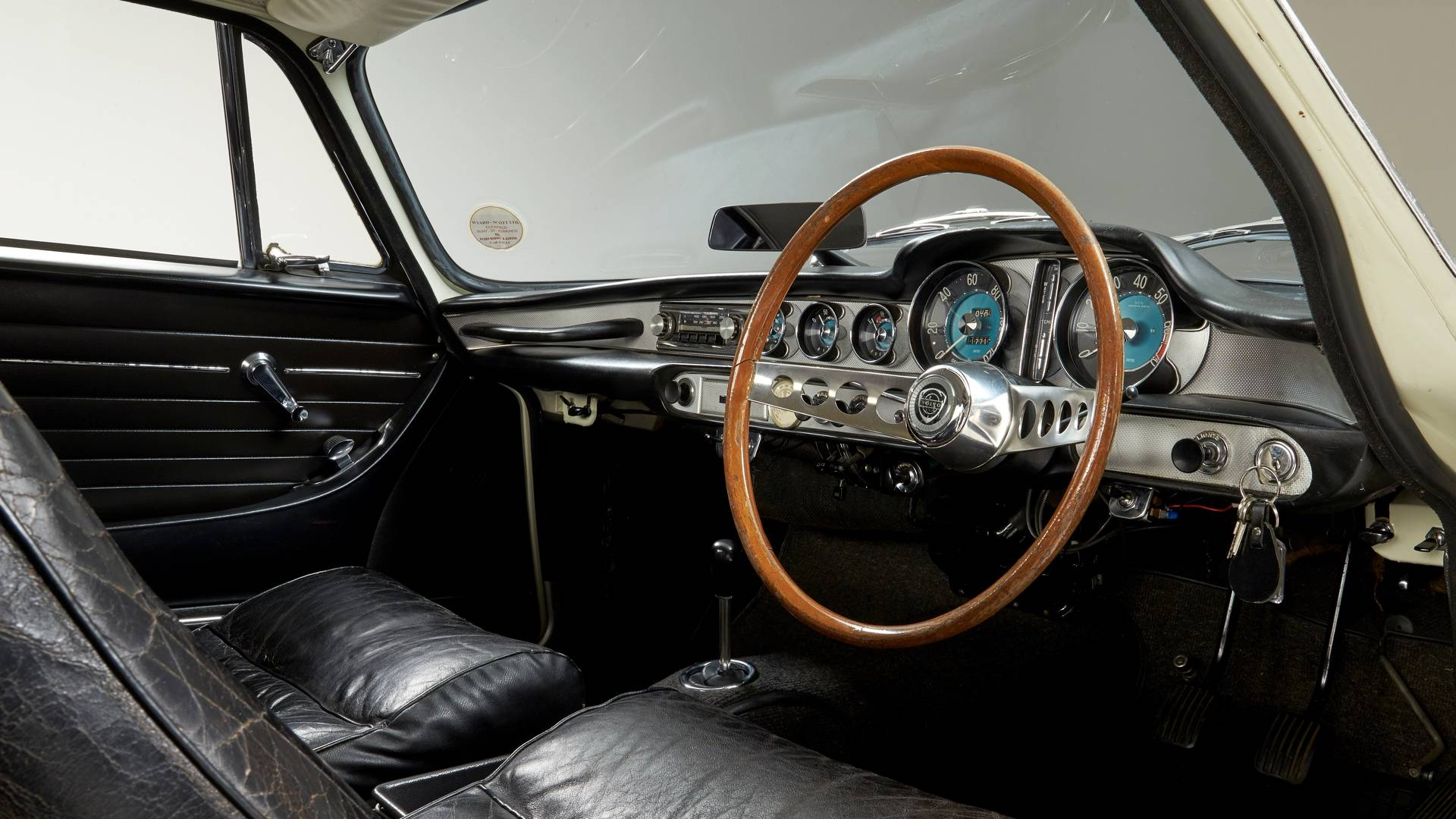 ولوو اکسپرس راجر مور - اجاره ماشین - اجاره خودرو - کرایه ماشین