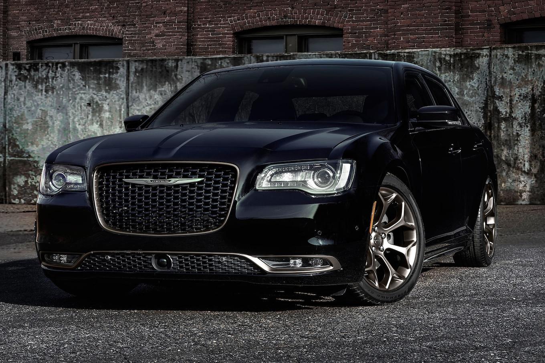 2016 Chrysler 300S Alloy Edition front three quarter 03 بهترین اتومبیل های تخفیف در آوریل ۴۰۰۰ دلار و بالاتر   اجاره ماشین