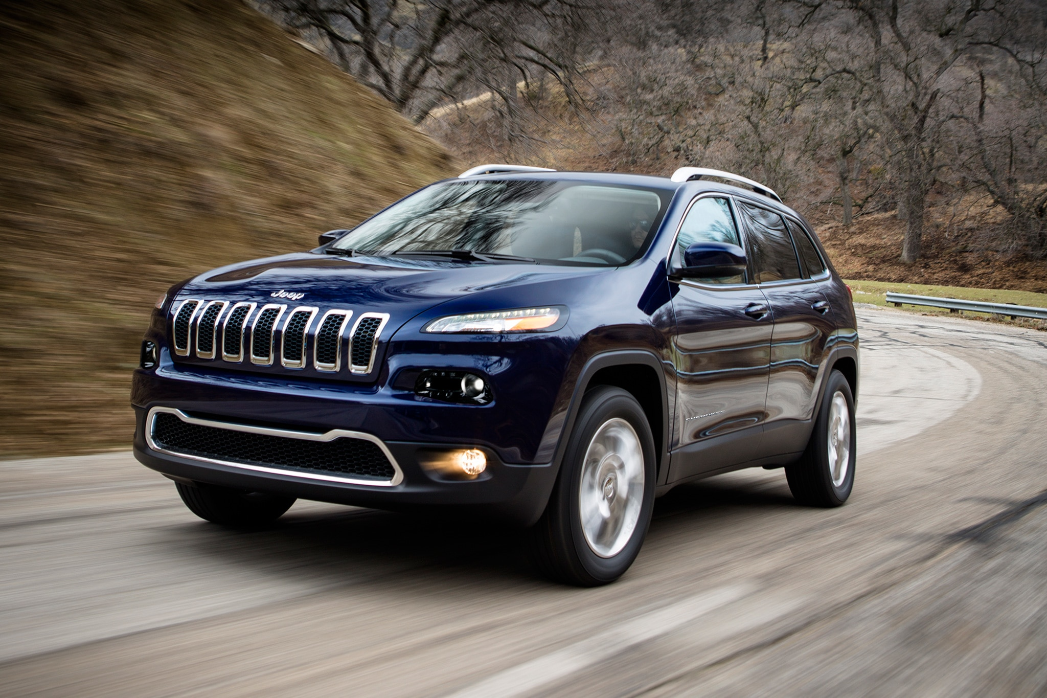 2017 Jeep Cherokee Limited front three quarter in motion 01 بهترین اتومبیل های تخفیف در آوریل ۴۰۰۰ دلار و بالاتر   اجاره ماشین